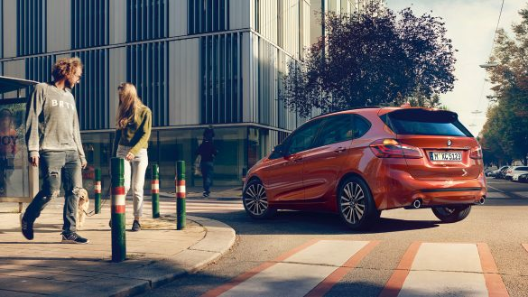 BMW 2er Active Tourer von links hinten auf einer Kreuzung