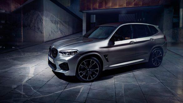 BMW X3 M vor eine Garage