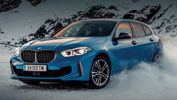 BMW 1er in Schneelandschaft