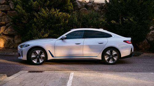 BMW i4 eDrive40 G26 2021 Mineralweiß Dreiviertel-Frontansicht stehend vor Wasser