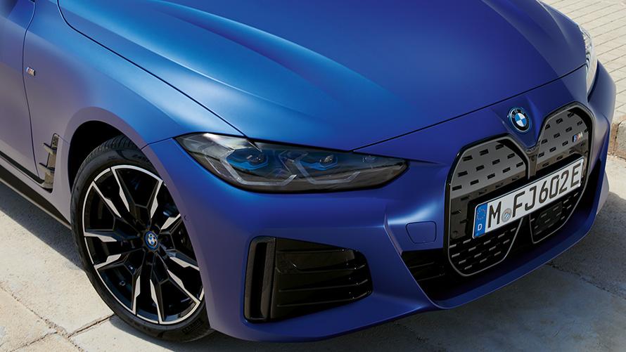 BMW i4 M50 G26 2021 BMW Individual Frozen Portimao Blau metallic Dreiviertel-Frontansicht Draufsicht